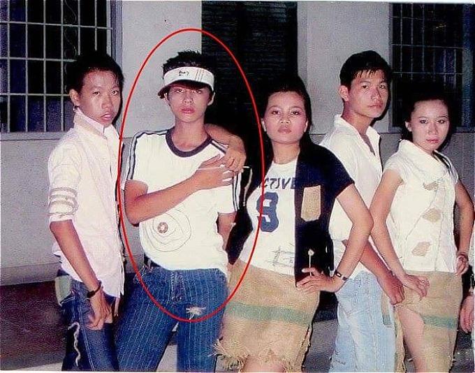 Hình ảnh Noo Phước Thịnh (thứ hai từ trái qua)đang được fan chia sẻ nhiều trên mạng xã hội. Nam ca sĩ cóthần thái lạnh lùng,cùng gu thời trang cá tính ngay từ thời còn đi học.