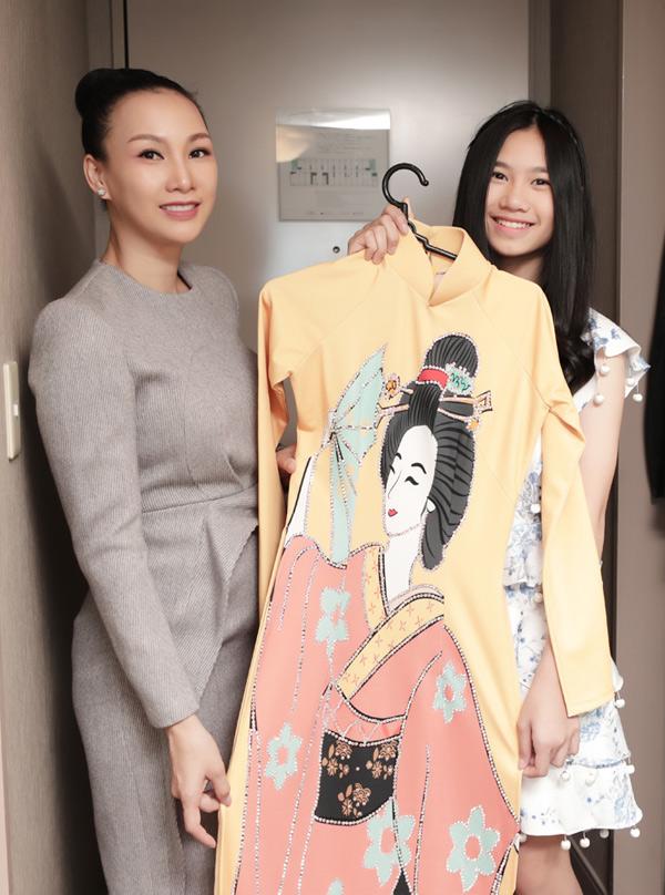 Trước đây Paris Vũ từng là người mẫu tại TP HCM. Hiện cô giải nghệ, chuyển hướng sang kinh doanh. Sau buổi thử trang phục, người đẹp đến Đại sứ quán Việt Nam ở Osaka Nhật Bản để tập luyện, khớp chương trình cùng các người mẫu, sinh viên du học tại Nhật. Con gái cô tên Hồng Uyên cũng được mời diễn sự kiện này.
