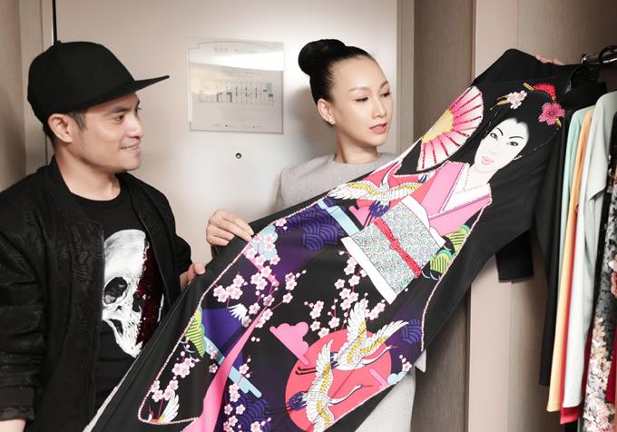 Nhà thiết kế Nhật Dũng tiết lộ, anh chọn lựa trang phục kỹ càng, thậm chí phải mua bản quyền với giá cao để in hình ảnh phụ nữ Nhật diện kimono lên tà áo dài.
