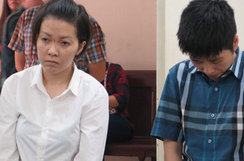 Bị cáo Tứ (trái) và Huyền tại phiên tòa sơ thẩm lần một ngày 5/9.