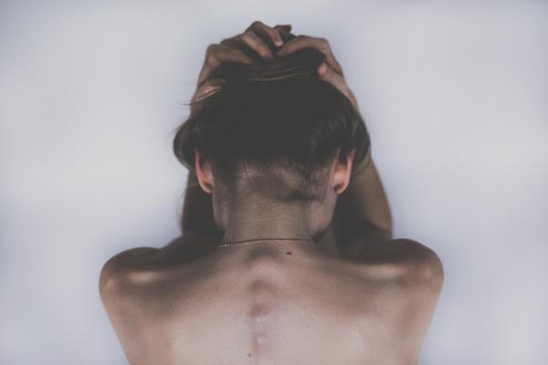 Đau đầu Thiếu ngủ gây đau đầu, ngủ quá nhiều cũng vậy. Bạn không nên dành cả ngày chủ nhật ở trên giường nếu không muốn sáng thứ hai thức dậy với một cơn đau đầu khủng khiếp.