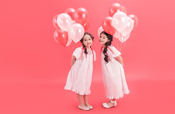 Hai nhóc tỳ trở nên xinh xắn hơn khi khoác lên mình những chiến đầm với tông màu đỏ, xanh, trắng kiểu dáng mang hơi hướng phong cách cổ điển.
