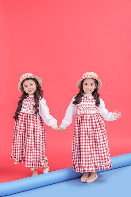 Haicô bé hoá thân thành cặp chị em song sinh với cách làm tóc, sử dụng trang phục và phụ kiện đồng điệu từng chi tiết.