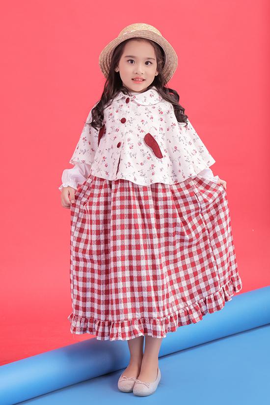 Suri Thiên Kiên 5 tuổi, cô bé mới chỉ theo học lớp người mẫu nhí được một tháng nhưng đã thể hiện được sự tự tin và năng khiếu.