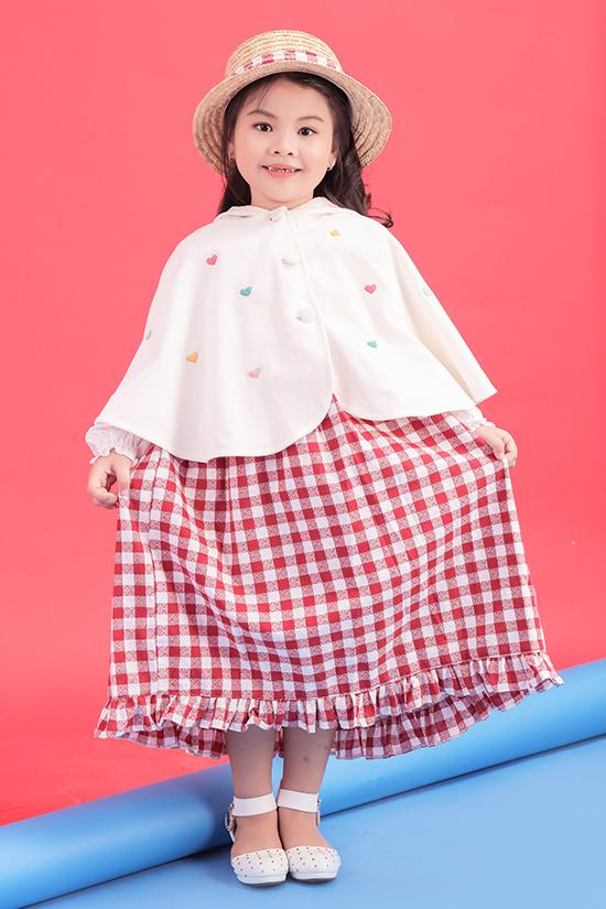 Chong Lunar có bố là người Singapore, mẹ là người Việt nên cô bécó khả năng nói tốt haingôn ngữ Anh - Việt.