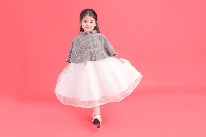 Ngoài mẹ thì Lunar được gia đình ông bà ngoại ủng hộ bétrong việc theo học mẫu nhí. Hiện tại, Chong Lunar và Suri được đạo diễn Nguyễn Hưng Phúc hướng dẫn thật tốt để chuẩn bị cho show diễn Asian Kids Fashion Week 2019.
