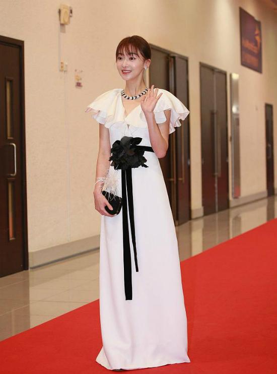 Dự sự kiện Hoa Đỉnh năm nay có nhiều gương mặt tên tuổi của showbiz. Diễn viên Ngô Cẩn Ngôn giành giải Nữ diễn viên chính xuất sắc với vai