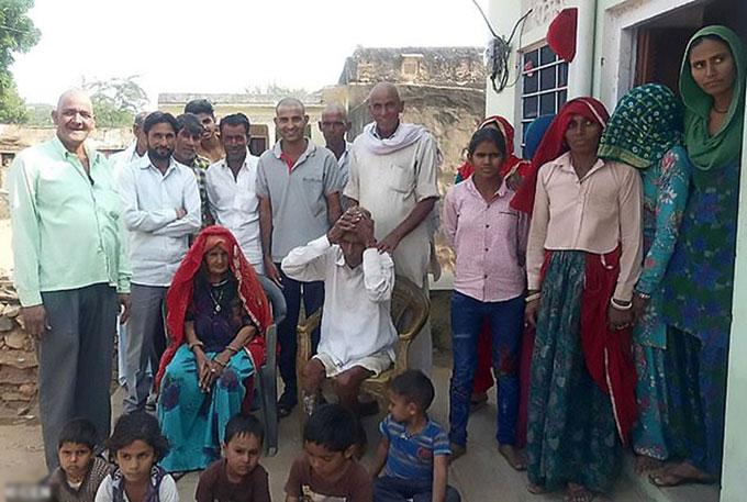 Cụ ông Budh Ram (ngồi) chụp ảnh với các thành viên trong gia đình sau đám tang của chính mình ở thị trấn Khetri Nagar, bang Rajasthan, Ấn Độ. Ảnh: CEN.