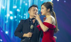 Bằng Kiều ôm eo Hương Tràm khi biểu diễn ở Hạ Long