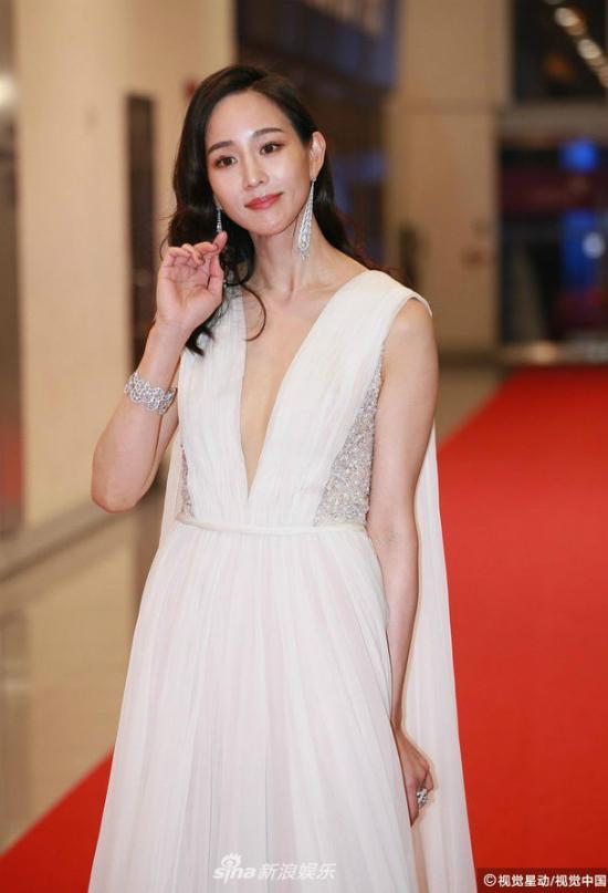 Diễn viên Trương Quân Ninh góp mặt trên thảm đỏ Hoa Đỉnh, sự kiện diễn ra tối 8/11 với sự góp mặt của nhiều ngôi sao tên tuổi. Đây là sự kiện thường niên của Trung Quốc để trao giải cho những cá nhân xuất sắc trong lĩnh vực nghệ thuật một năm qua.