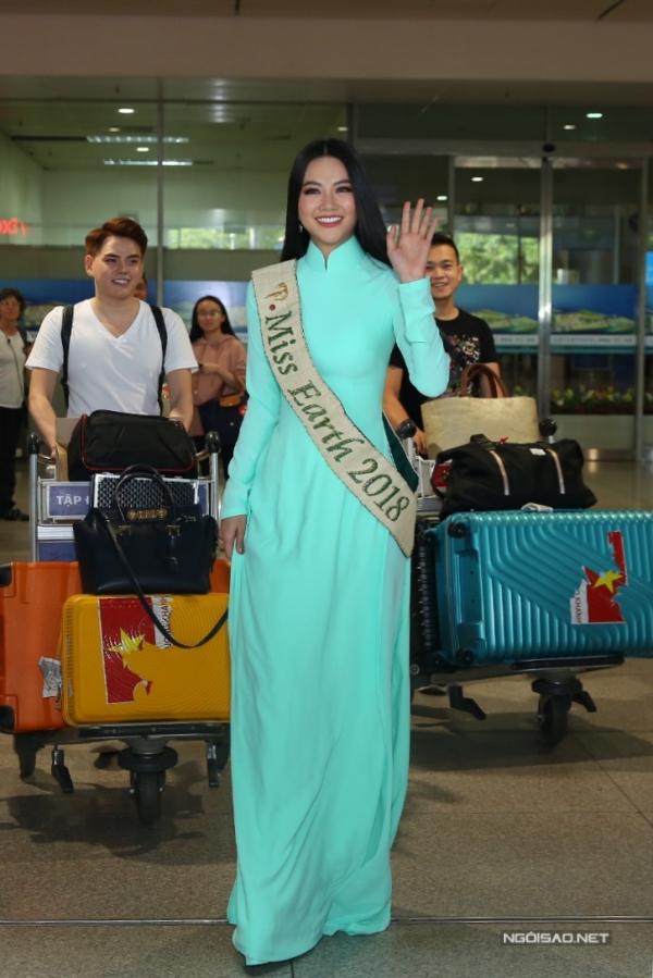 Trước khi ra bên ngoài, người đẹp thay trang phục áo dài duyên dáng và đeo dải băng hoa hậu.