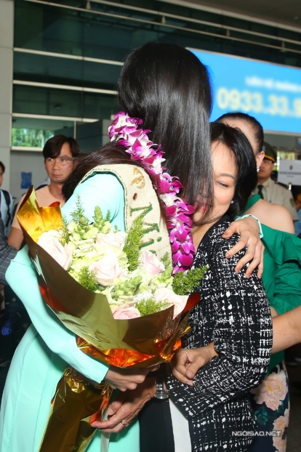 Vừa gặp mẹ tại cổng ra sân bay, Phương Khánh liền ôm chầm hạnh phúc. Trước đó, cô được mẹ và anh trai sang Philippines cổ vũ, động viên tinh thần trong đêm chung kết.