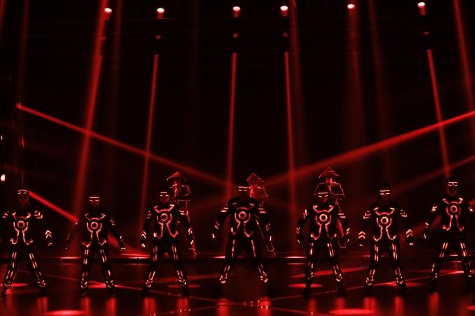 Nhóm nhảy 218 - được biết đến qua chương trình Asias Got Talents 2017 - khiến khán giả thích thú khi kết hợp một bài nhảy cùng công nghệ đèn LED.
