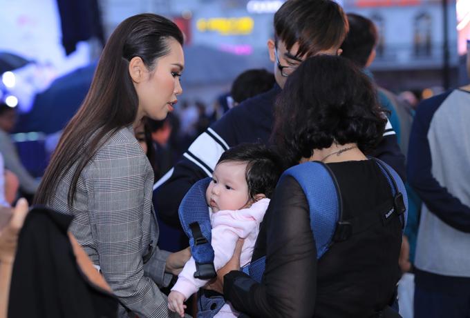 Mẹ ruột siêu mẫu hỗ trợ con gái ẵm bé Myla để cô có thể làm việc.