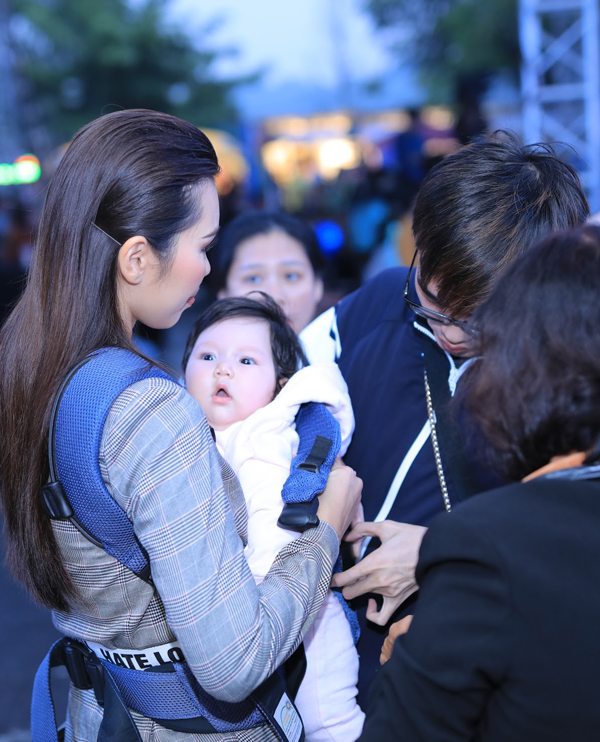 Cô bé Myla đã 4 tháng tuổi, rất bụ bẫm. Để giữ ấm cho nàng công chúa bé bỏng, Hà Anh mặc áo khoác dày cho con.