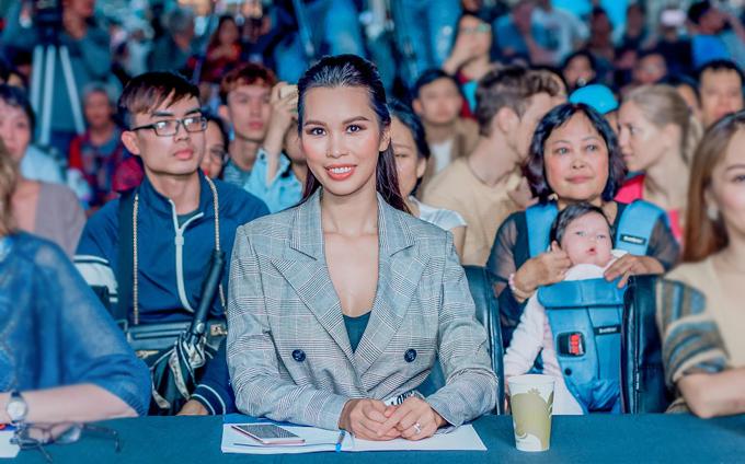 Tại sự kiện hôm qua, trong khi Hà Anh ngồi ở hàng đầu tiên làm giám khảo, bé Myla được bà ngoại bế ở phía sau để theo dõi chương trình.
