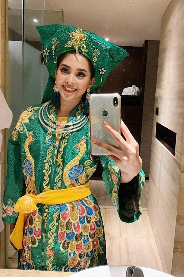 Tiểu Vy cho biết cô nhập cuộc suôn sẻ và thoải mái trong những ngày đầu tiên. Cô được xếp chung phòng với Hoa hậu Philippines - Katarina Rodriguez.