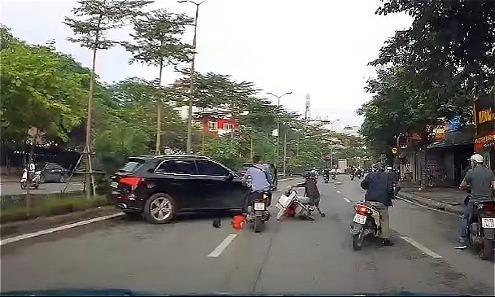 Ôtô lùi gây tai nạn liên hoàn trên phố Hà Nội