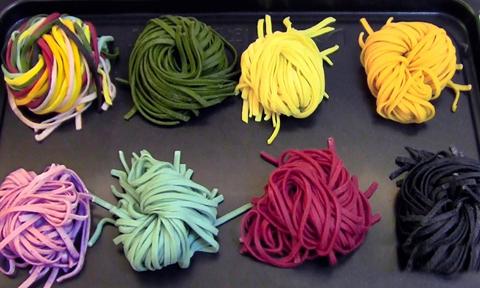 Sợi mỳ bảy sắc cầu vồng được nhuộm từ thành phần tự nhiên