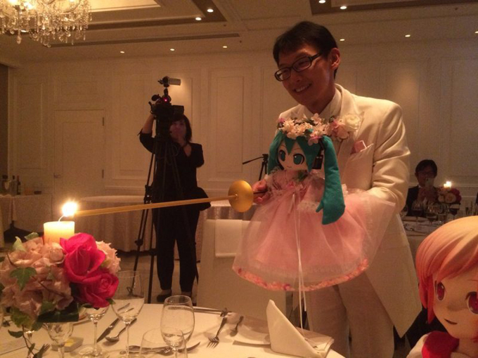 Chú rẻ Kondo bế cô dâu cùng thắp nến trong tiệc cưới trang trọng hôm 4/11. Ảnh: Next Shark.