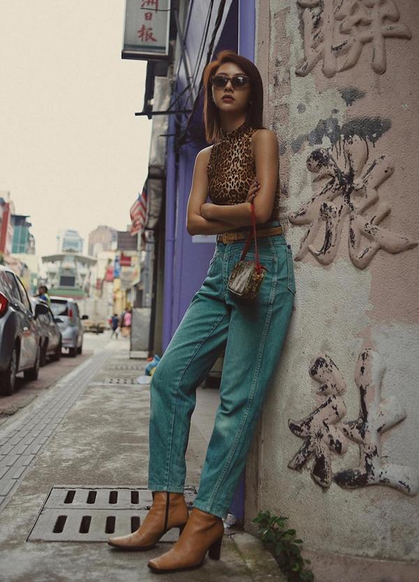 Áo sát nách hoạ tiết da beo của Quỳnh Anh Shyn có thể phối hợp cùng jeans cổ điển, chân váy da, chân váy chữ A để giúp bạn gái gợi cảm hơn khi xuống phố.
