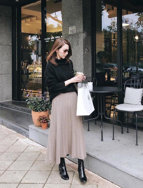 Các nàng nên họn thêm các mẫu phụ kiện hot trend như bốt da, giầy lofer để hoàn thiện set đồ và khiến hình ảnh của mình cuốn hút hơn khi xuống phố.