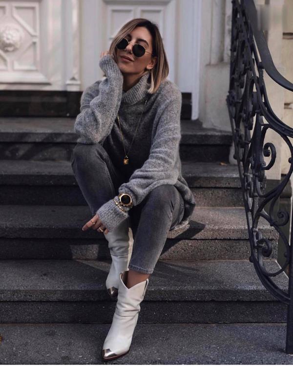 Một trong những trang phục phổ biến ở mùa lạnh là các kiểu áo len kiểu basic. Chúng vừa có khả năng giữ ấm vừa thiện lợi khi phối trang phục đi làm.