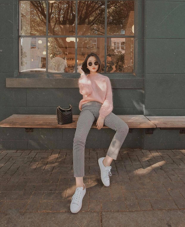 Ngoài quần jeans, các cô nàng năng động có thể phối áo đan len cùng các mẫu quần tây trên nhiều chất liệu và họa tiết.