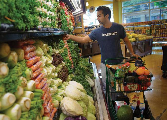 Nhân viên Instacartđi chợ theo đơn đặt hàng của khách hàng. Ảnh: Instacart.