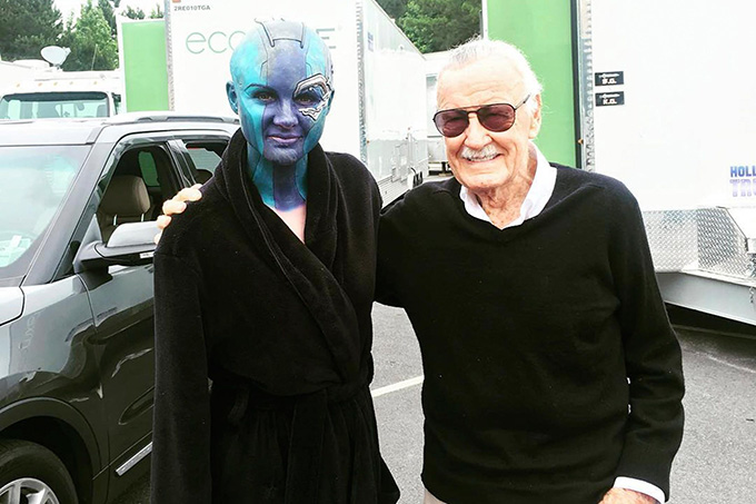 Stan Lee cùng nữ diễn viênKaren Gillan trên phim trường Avengers: Infinity War.