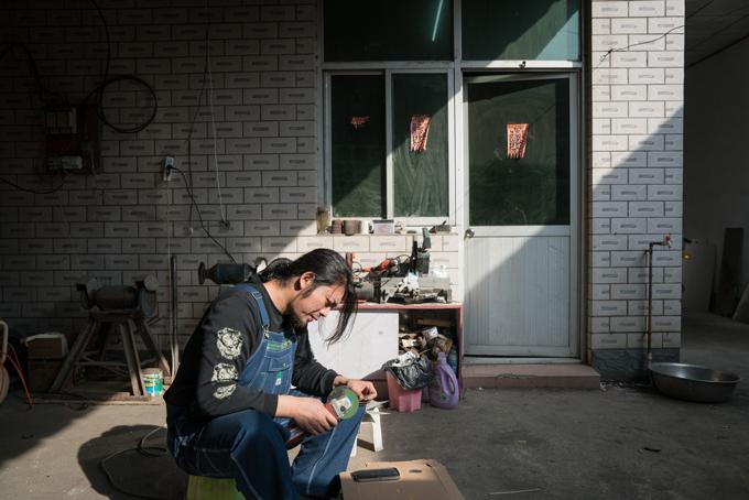 Geng Shuai trong nhà xưởng của mình ở ngoại thành Bắc Kinh. Ảnh: Washington Post.