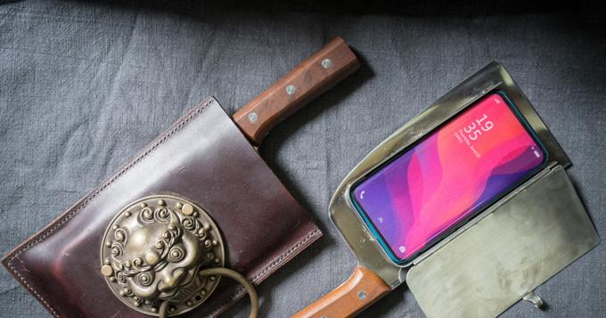 Bao điện thoại dao phay, sản phẩm nổi tiếng nhất của Geng. Ảnh: Washington Post.