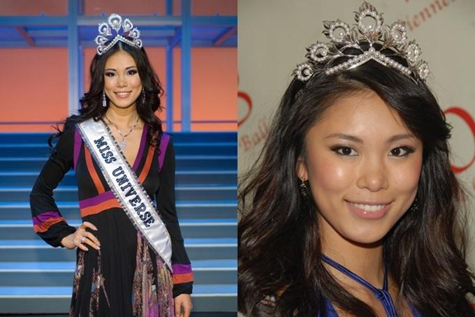 Mikimoto được sử dụng lầ cuối vào năm 2007 với chiến thắng của Hoa hậu Nhật Bản - Riyo Mori. Ban tổ chức Miss Universe cũng chuẩn bị một vương miện bản sao (phải)cho hoa hậu đương nhiệm sử dụng. Đây cũng là món quà dành cho hoa hậu sau khi kết thúc nhiệm kỳ.