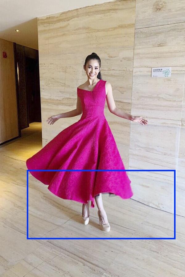 Tuy nhiên, nhiều khán giả phát hiện Tiểu Vy chỉnh sửa hình ảnh quá mức khiến phần sản nhà trở nên móp méo khó hiểu. Những hình ảnh này được Hoa hậu và êkíp ở Việt Nam đăng tải trên fanpage chính thức với sự theo dõi của ban tổ chức quốc tế.