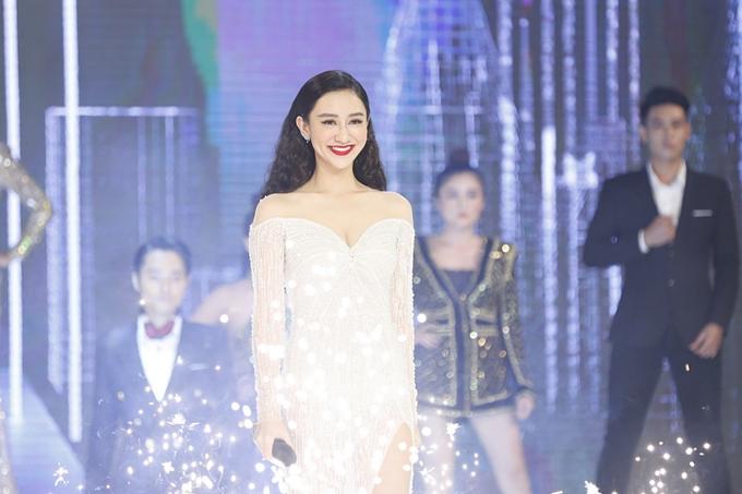 Á hậu Hà Thu cũng tham gia biểu diễn ca khúc Tôi là ngôi sao. Tập 5 chương trình Quyền lực ghế nóng 2018 sẽ phát sóng lúc 20h30 ngày 14/11trên kênh VTV3.