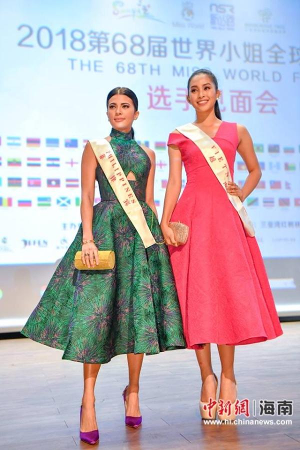 Nhờ mang đôi giày cao 16 cm, Tiểu Vy vượt trội về chiều cao so với Hoa hậu Philippines - Katarina Rodriguez. Cả hai khá thân thiết trong nhiều hoạt động vì ở cùng phòng với nhau. Katarina năm nay 26 tuổi, cao 1,68m, từng đoạt Á quân Asias Next Top Model 2014, Á hậu 1 Hoa hậu Liên lục địa 2017.