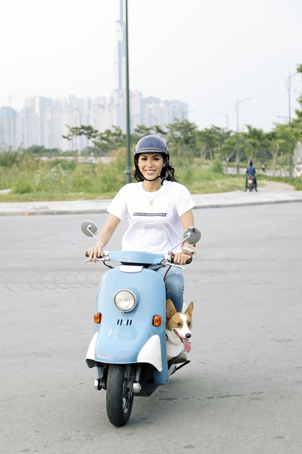 Sinh sống tại TP HCM, Minh Tú có sở thích chạy xe máy, dẫn theo chú chó Tỏn dạo chơi mỗi khi rảnh rỗi.