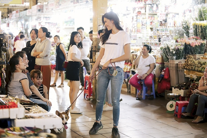 Minh Tú xuất hiệnvới áo thun quần jeans, giới thiệu những nét đặc trưng của du lịch TP HCM.Sự giản dị, nụ cười rạng rỡ của Minh Tú chiếm tình cảm khán giả theo dõi video.