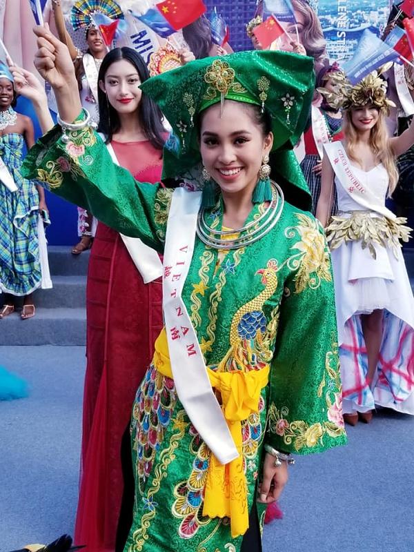 Tiểu Vy rạng rỡ trong một hoạt động diễu hành tại đảo Hải Nam, Trung Quốc - nơi tổ chức cuộc thi. Hiện cô hoàn thành phần thi Dance of the world, thi tài năng với tiết mục Lạc trôi, bốc thăm nhóm Thuyết trình đối đầu... Đêm chung kết Miss World 2018 diễn ra vào tối 8/12. Đương kim Hoa hậu Thế giới là Manushi Chhillar đến từ Ấn Độ.