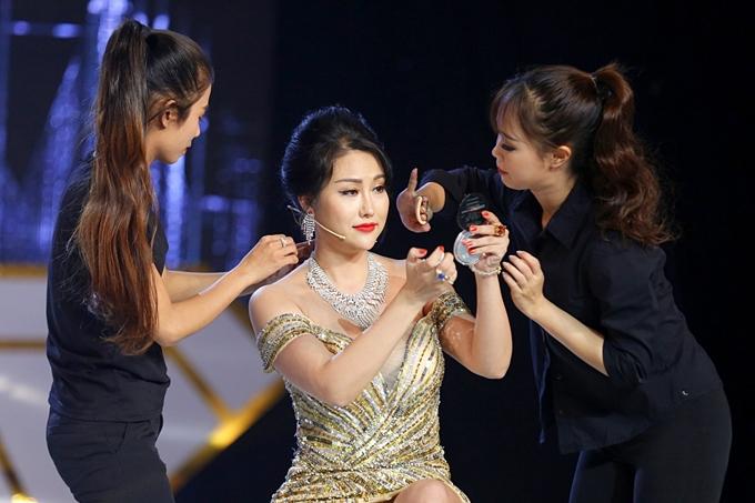 Sau buổi tổng dợt chương trình, khách hàng bất ngớquyết định giao vị trí vedette cho nữ hoàng dao kéo Phi Thanh Vân.