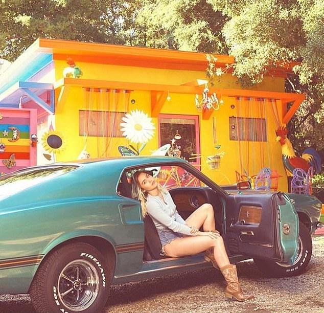 Miley Cyrus từng đăng ảnh chụp bên studio rực rỡ ở sân biệt thự của cô tại Malibu.