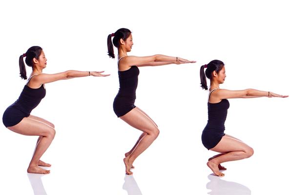 Chuẩn bị ở tư thế squat với hai tay đưa thẳng phía trước,