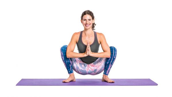 Đứng thẳng, hai chân rộng bằng hai vai, hai lòng bàn tay chạm vào nhau để trước ngực, hạ thấp trọng tâm hết mức thành tư thế ngồi xổm, giữ trong 10 giây rồi đứng thẳng dậy. Lặp lại động tác 20 lần.