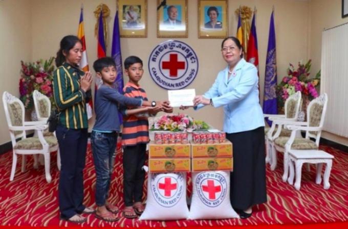 Tổ chức Chữ thập đỏ Campuchia trao quà cho anh em Thaksin. Ảnh: Sinchew.