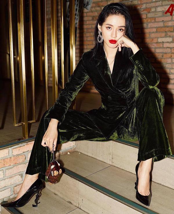 Xu hướng trang phục vải nhung không chỉ khiến các tín đồ thời trang thế giới mê mệt, những cô nàng yêu thời trang của showbiz Việt cũng nhanh chóng cập nhật mốt này.