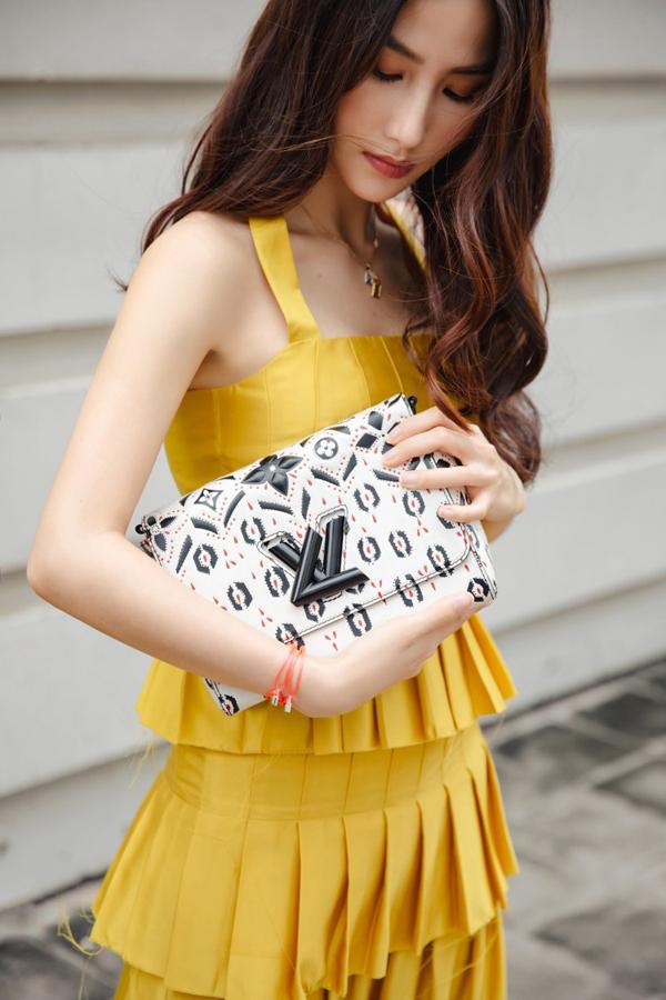 Diễm My 9x chọn váy vàng rực rỡ để phối đồ xuống phố mùa thu. Thời gian gần đây, nữ diễn viên liên tục lăng xê các kiểu túi mới của