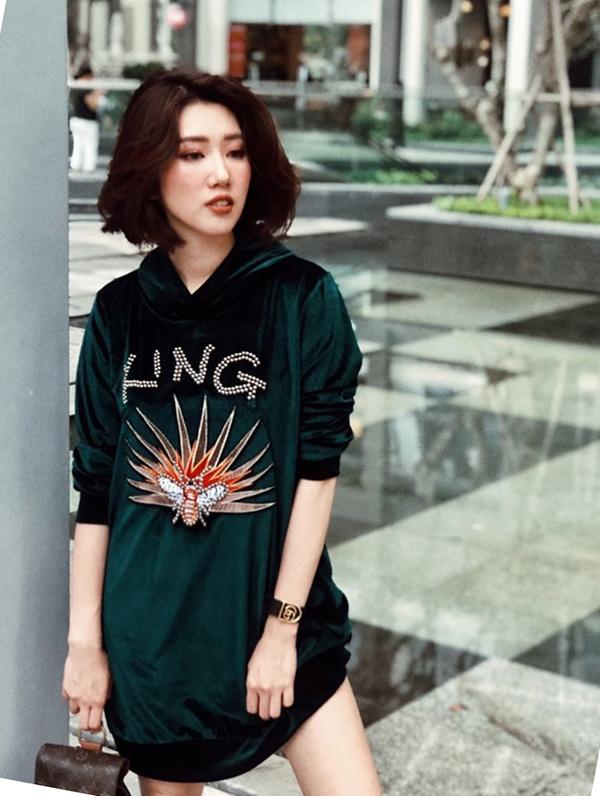 Áo hoodie nhung xanh của Thúy Vân thêm phần nổi bật nhờ họa tiết đính kết bắt mắt. Người đẹp phối trang phục theo phong cách giấu quần để tăng nét gợi cảm.