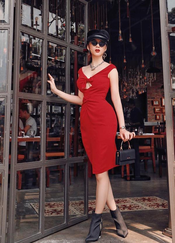 Angela Phương Trinh phối màu đỏ đen hoàn hảo khi diện váy cut-out ngực cùng các phụ kiện hot trend như kính mắt, mũ baker boy, bốt cổ thấp và túi xách Charles & Keith.