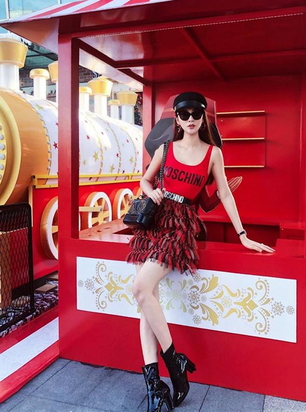 Ngọc Loan vẫn trung thành với phong cách phủ đầy hàng hiệu mỗi khi xuống phố. Người đẹp diện nguyên bộ đồ của Moschino và sử dụng thêm túi Gabrielle Chanel để tăng giá trị cho set đồ.