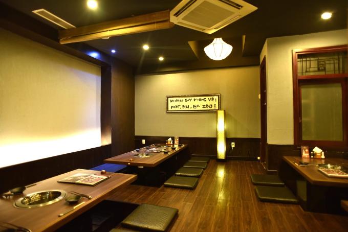 Nhà hàng Takumi-ya có hơn 35 năm kinh nghiệm phát triển với hơn 20 chi nhánh tại Nhật Bản, mang đến cho thực khách Việt Nam trải nghiệm ẩm thực thực như đang ở tại xứ Phù Tang. Nơi đây sở hữu không gian sang trọng, hiện đại nhưng tinh tế, mang đậm dấu ấn của xứ sở hoa anh đào.